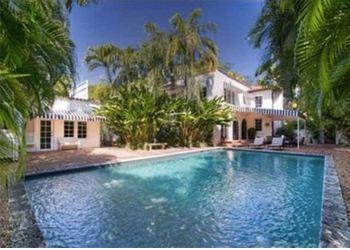Бриттани Лопес актер приведет в прекрасный особняк с огромным бассейном