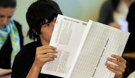 В России школьники сдают первый обязательный ЕГЭ.