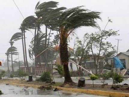 Ураган крушит всё на своём пути