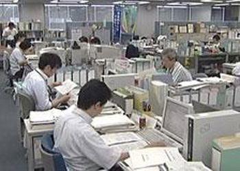 Японские госслужащие могут ходить на работу в футболках и джинсах