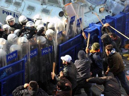 В Турции демонстранты атаковали офисы правящей партии.