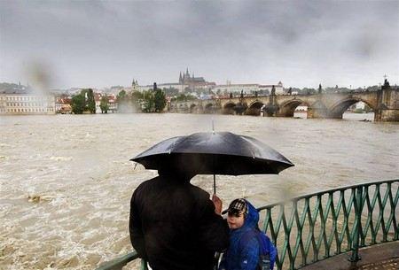 Туристы из России отказываются от путевок в Прагу из-за наводнения в Европе.