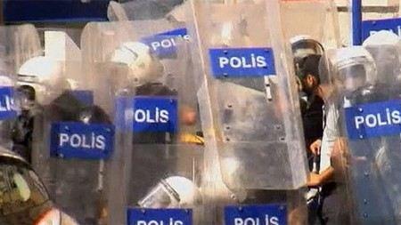 В Турции в результате беспорядков пострадали 3200 человек, один мужчина погиб.