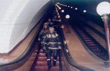 После пожара в Московском метро на Красной ветке проветривают станции и тоннели.