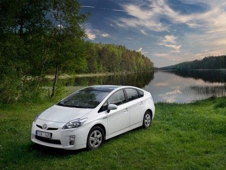 Toyota отзывает около 242 тыс гибридных автомобилей из-за проблем с тормозами.