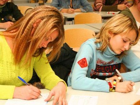 Выпускники сдают ЕГЭ по физике и иностранным языкам.