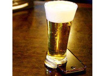 Изобрели стакан, который не может ровно стоять на столе без мобильника