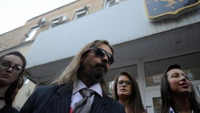 Сергей Паук Троицкий у здания мэрии