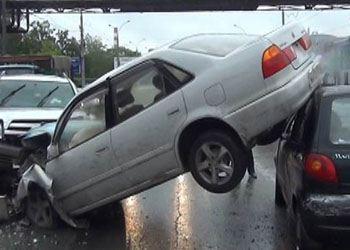 В Новосибирске автомобиль Toyota Sprinter врезался на «встречке» в Mercedes