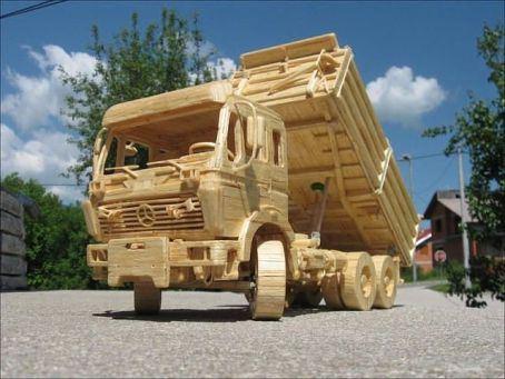 Экологический шедевр - машина из дерева