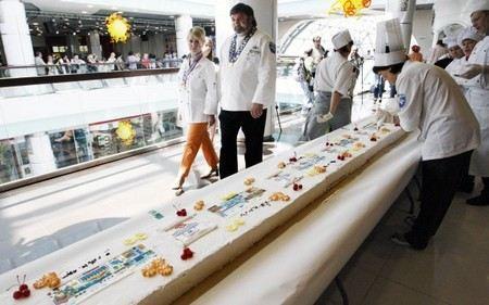 Жителей Новосибирска угостили рекордным пирожным