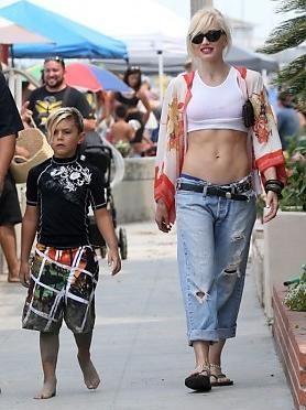 Гвен Стефани на прогулке с сыном