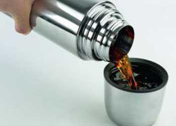 Дизайнер превратил пятна от кофе и чая в изысканный декор на фарфоре