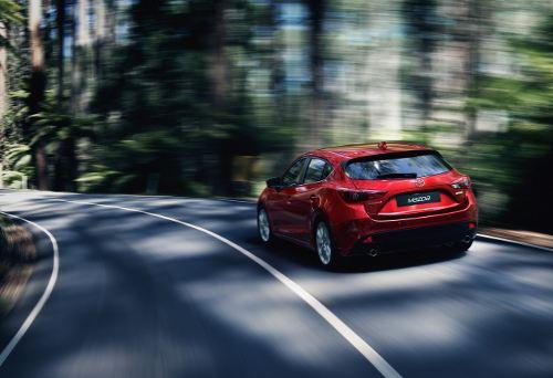 Новая Mazda 3 еще увереннее чувствует себя на дороге, уверяют японцы