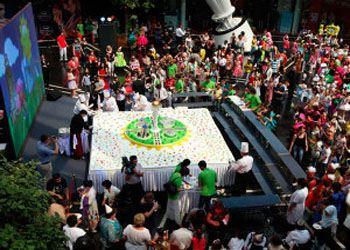 Назарбаев на день юбилея Астаны разрезал 600-килограммовый торт