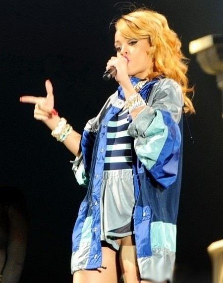 Певица Рианна забыла надеть трусики на концерт.