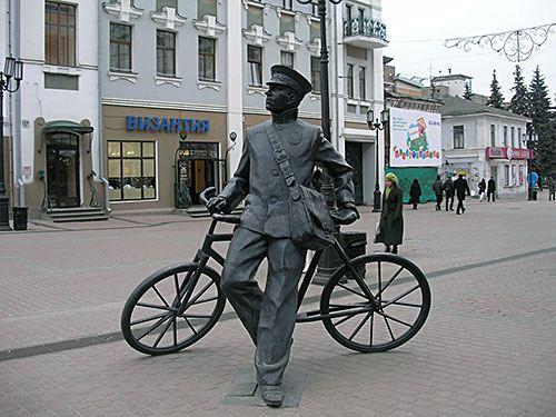 Памятник дореволюционному «вело-почтальону»