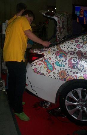 Винил можно нанести прямо во время работы автовыставки раритетных авто