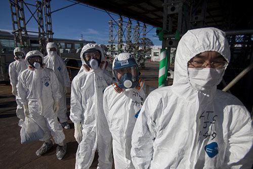 Сотни добровольцев бросились на очистку территории от опасных веществ