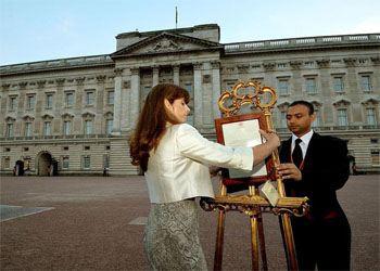 Сообщение о рождении выставлен на мольберт всеобщее обозрение у ворот королевской резиденции