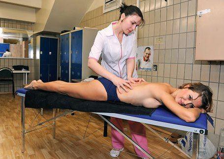 Виктория Боня на сеансе массажа
