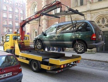 Эвакуатор автомобилей в действии