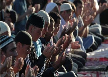 По случаю праздника Ураза-байрам в Главной соборной мечети Нижнекамска собрались несколько тысяч правоверных