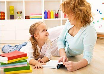 Родители, которые любили читать книги в детстве, включают чтение и в распорядок дня своих детей