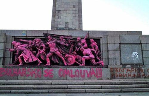 Оскверненный вандалами памятник Советской Армии в Софии, Болгария