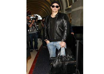 Александр Скарсгард ходит с сумкой везде