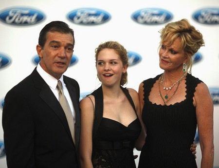 Антонио Бандерас с женой Мелани Гриффит и дочкой Стеллой дэль Кармен Бандерас Гриффит