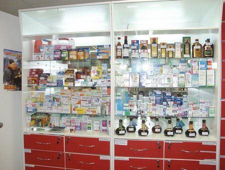 Стеллажи с фармацевтическими препаратами выглядят очень эффектно, а также позволяют быстро найти интересующий препарат