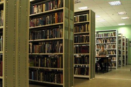 В библиотеке множество ценных источников