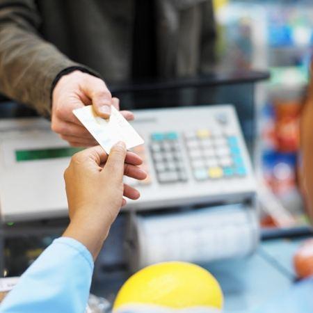 Карточками расплачиваются за товары и услуги