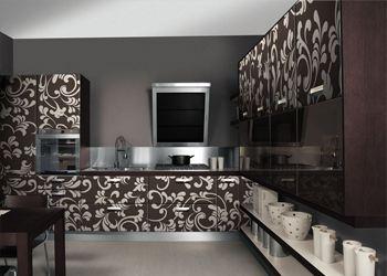 На кухне вся мебель должна обязательно полностью соответствовать дизайну всего дома