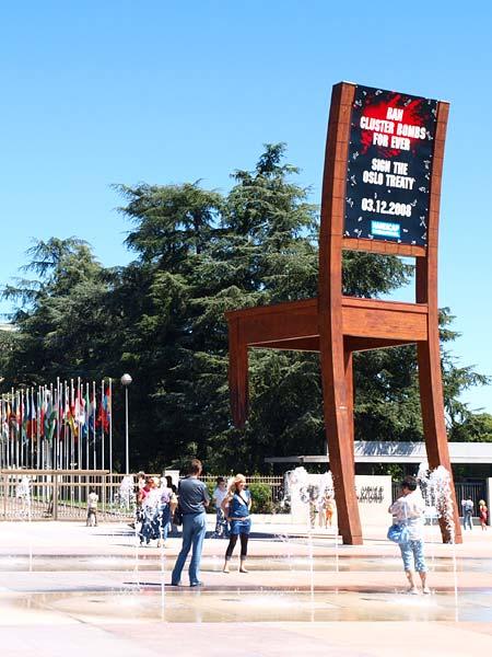 Памятник стулу в Женеве, Швейцария