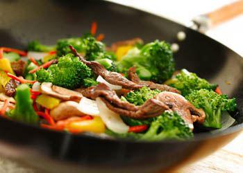 В сковороде с керамическим покрытием еда не пригорает