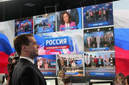 Дмитрий Медведев во время посещения ВГТРК в 2011 году