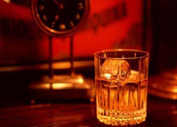В «сладкой» комнате с красным декором напиток виски показался участникам сладковатым