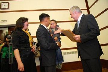 Молодым семьям в Улан-Уде Александр Голков вручил жилищные денежные сертификаты