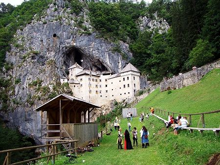 Вход в пещеру Постойнска-Яма