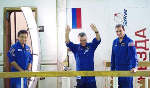 Космонавт Роскосмоса Михаил Тюрин, астронавт NASA Ричард Мастраккио и японский астронавт Коичи Ваката