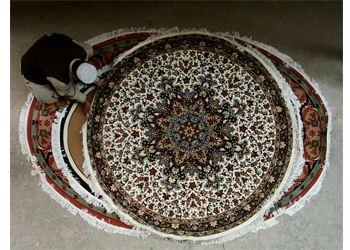 Сейчас в моде натуральные ковры овальной и круглой форм