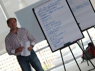 Международный бизнес-тренер Денис Вишня проводит тренинг