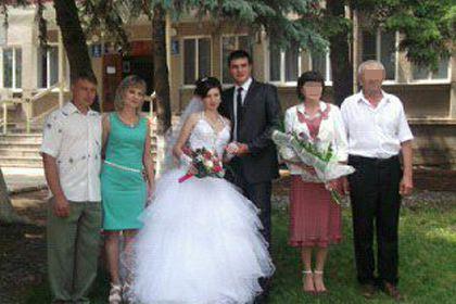 Убитая семья... и ее убийца (слева)