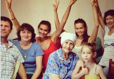 Ирина Шейк приезжала поздравить бабушку с Днем рождения.