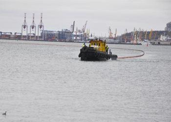 В Мариуполе в Азовское море попали нефтепродукты