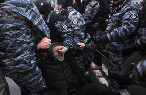 Разгон мирной демонстрации в Киеве сотрудниками Беркута