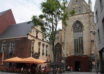 В Голландии из средневековой церкви сделали книжный магазин