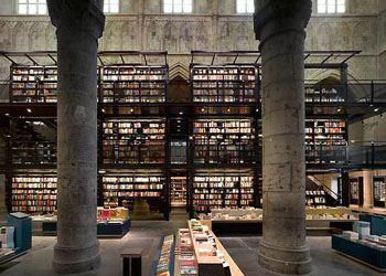В Голландии в городе Цволле открыли книжный магазин в здании средневековой церкви